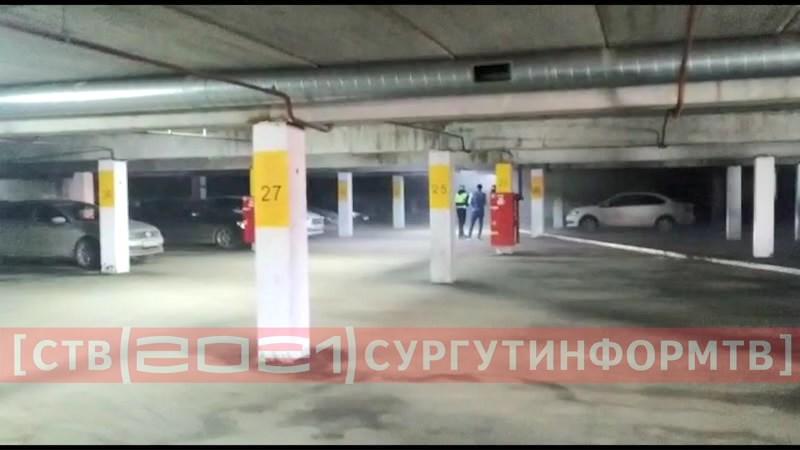 На подземной парковке в Сургуте вспыхнула «Нива»
