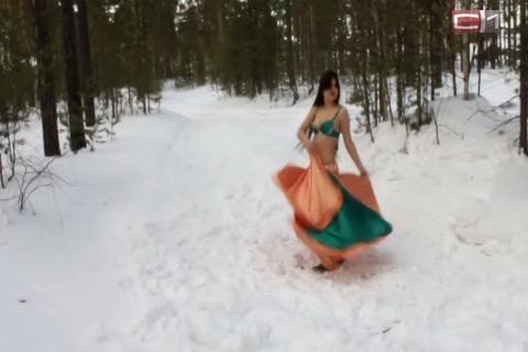 golaya-pod-snegom